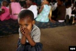 Балалар үйіндегі СПИД жұқтырған сәби. Йоханнесбург (Оңтүстік Африка), 1 желтоқсан 2006 жыл. (Көрнекі сурет)