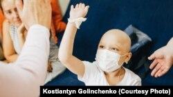 В рамках акції українці збирають кошти для хворих, іграшки для дітей, які лікуються від тяжких захворювань, та займаються волонтерством