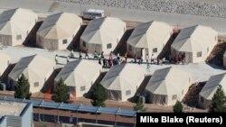 Copii separați de părinții lor imigranți clandestini, la Tornillo, Texas