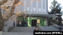 Люди стоят в очереди возле «Дайхан» банка в Ашхабаде.