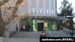 У банка в Туркменистане. Иллюстративное фото.
