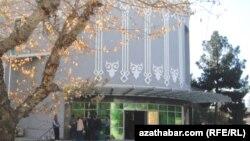 У отделения банка в Туркменистане.