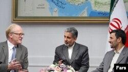آقای احمدی نژاد در دیدار با نماینده ویژه سازمان ملل در افغانستان گفته بود: «باید یک چارچوب زمانی برای خروج نیروهای خارجی از افغانستان تعیین شود.» (عکس: فارس)