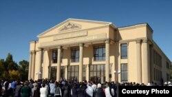 Алмазбек Атамбаев на открытии драмтеатра в городе Таласе. 11 октября 2017 года.
