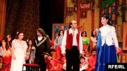 İmri Kalmanın 1912-ci ildə yazdığı, dünya teatrlarının repertuarını bəzəyən «İddialı qaraçı» operettası baxılmağa dəyərdi