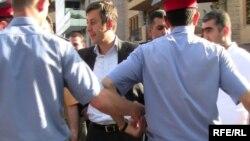 Сотрудники полиции не позволяют оппозиции войти на площадь Свободы. Ереван, 1 июня 2010 г.