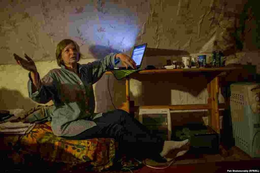 """Ирина Смирнова - одна из жительниц, кого местные церковные власти хотят выселить. У нее в квартире в """"Зимней"""" гостинице нет ни электричества, ни воды."""
