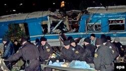 Спасатели извлекают из-под обломков погибших и раненых
