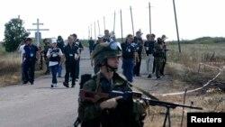 Эксперты на месте крушения самолета Malaysia Airlines в Донецкой области Украины, 21 июля 2014 года.