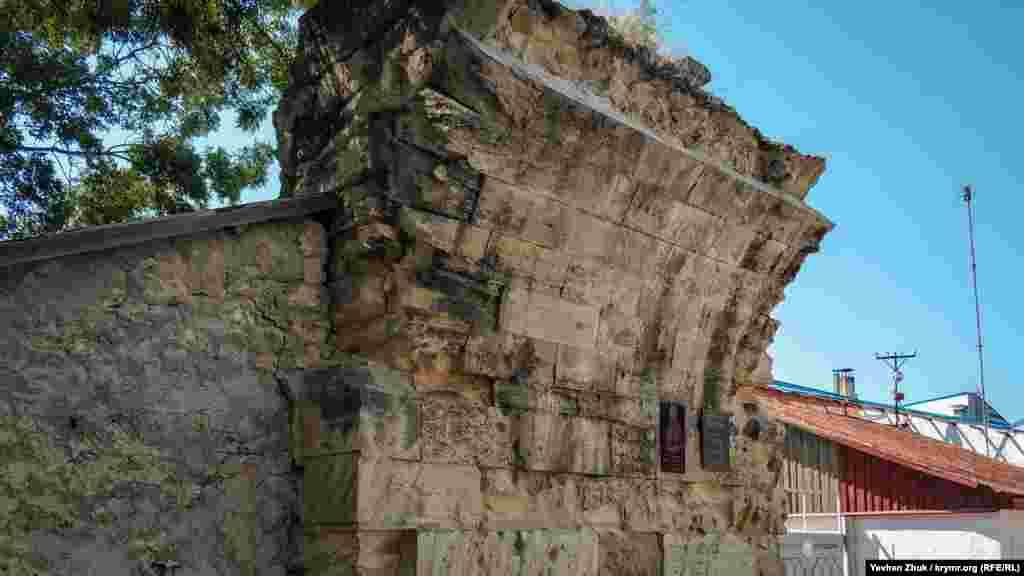 Вціліла частина акведука. Аркова частина конструкції давно зруйнувалася. На колоні – українська табличка «Пам'ятка архітектури»