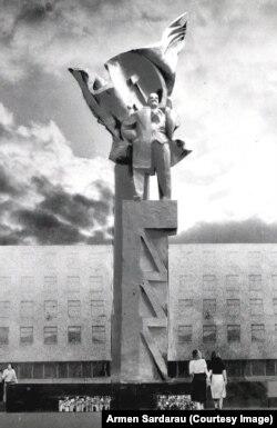 Эскіз помніка з архіваў Армэна Сардарава