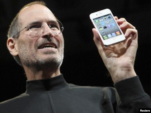 استیو جابز، از بنیانگذاران و مدیرکل کمپانی اپل، در حال معرفی تلفن آیفون ۴