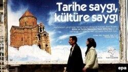 Рекламный плакат на улице Вана с изображением церкви Сурб Хач на острове Ахтамар