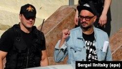 Kiril Serebrenikov (dreapta), după audieri judiciare