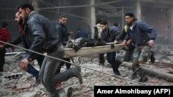 گروه های امدادی مجروحان بمباران روز سهشنبه ارتش سوریه در منطقه تحت محاصره کَفر بتنا در نزدیکی دمشق را خارج میکنند.