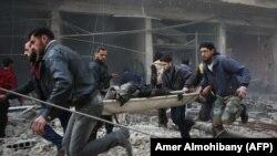 Сирійські рятувальники евакуюють поранених після чергових ударів по контрольованому повстанцями анклаву Кафр-Батна неподалік Дамаска, 6 лютого 2018 року