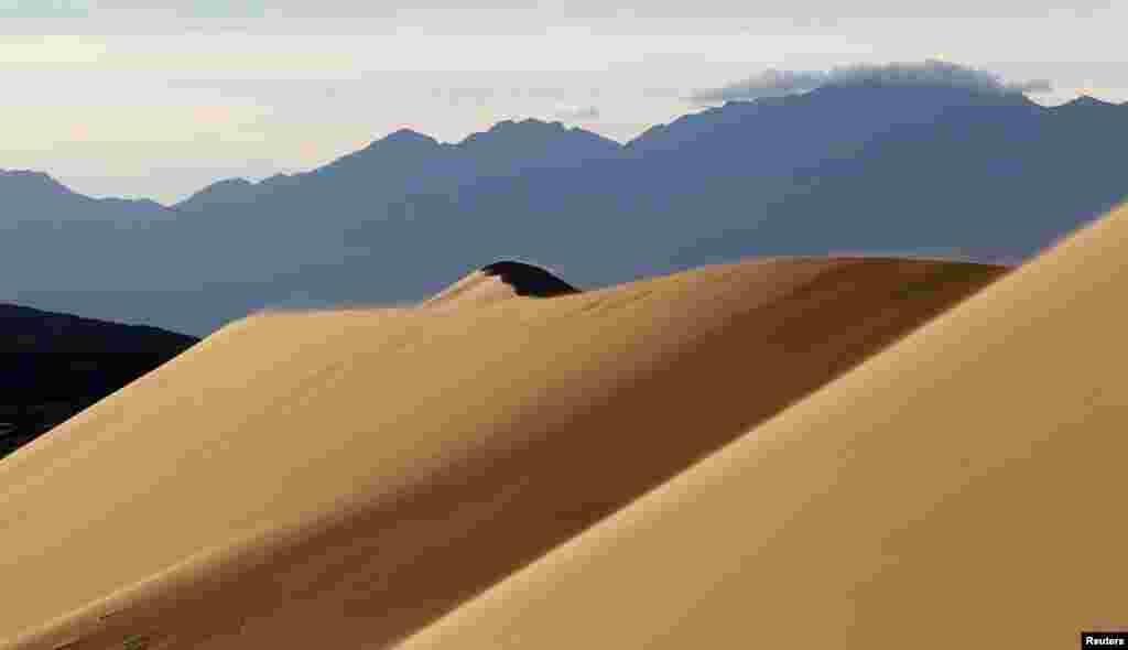 Поющий бархан— гора изпеска, длиной до трех километров и высотой 150метров. В сухую погоду издает звук, похожий на мелодию органа.