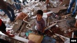 Palestinezët në klasët e shkatërruara në një shkollë në Xhabalia të Rripit të Gazës