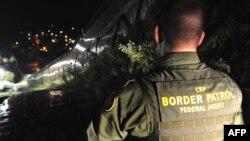 Membru al patrulelor grănicerești americane la frontiera dintre statul american Arizona și Mexic.