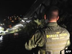 Офицер пограничной службы США на границе штата Аризона и Мексики