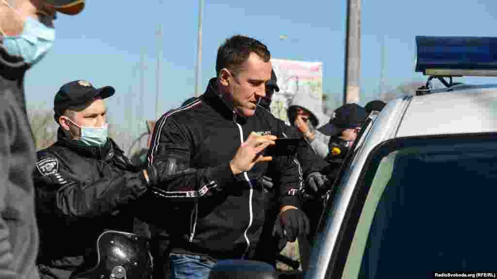 6 квітня у столичному Гідропарку відбулися сутички між відвідувачами, які намагалися пройти на територію острова, та поліцією, яка заблокувала вхід через постанову КМУ у зв'язку з поширенням коронавірусу