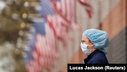 Медицинская сестра в маске у госпиталя для пациентов с COVID-19 в Нью-Йорке. 20 апреля 2020 года.