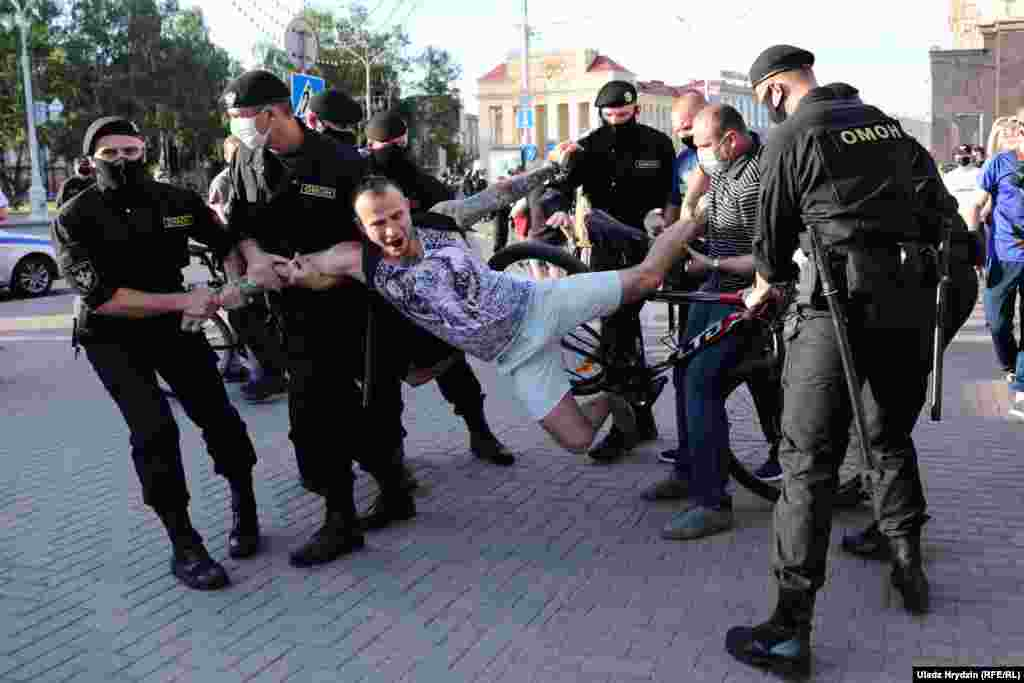 Belarusian police detain a protester at a rally in Minsk on June 19. (RFE/RL/Uladz Hryzdin)