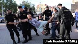 Протести у Білорусі: поліція затримує активістів (фоторепортаж)