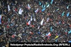 Мітинг проти сепаратизму і мітинг проросійських сил біля парламенту Кримської автономії. Сімферополь, 26 лютого 2014 року