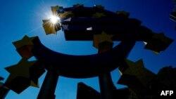 Znak eura ispred Europske centralne banke u Frankfurtu