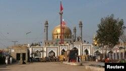 Pamje e tempullit Sufi në provincën Sindh pas sulmit të djeshëm vetëvrasës