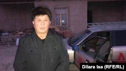 Гражданский активист Нуржан Мухаммедов рядом со своей машиной, поврежденной неизвестными, в салон которой бросили отрубленную голову собаки. Шымкент, 19 ноября 2019 года.