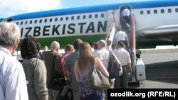Пассажиры в Ташкенте по трапу поднимаются на борт самолета узбекской авиакомпании. Иллюстративное фото.