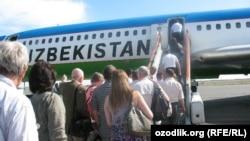 Посадка пассажиров на борт самолета «Узбекистон хаво йуллари». Архивное фото.