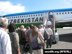 Ташкент әуежайында ұшаққа отырып жатқан жолаушылар.