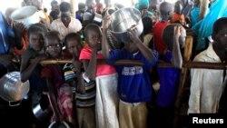 Түштүк судандык качкын балдар Угандадагы лагерде. 16-июнь, 2017-жыл.