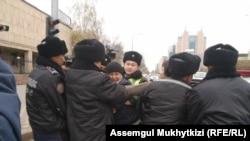 Прошлое задержание гражданского активиста Дулата Агадила. Нур-Султан, 26 октября 2019 года.