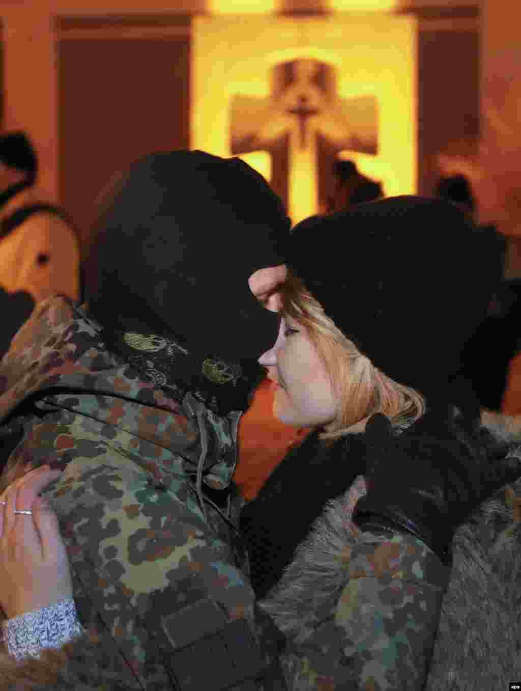 Дівчина проводжає волонтера батальйону «Азов» на Схід. Київ, 3 січня 2015 року