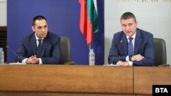 Министрите Емил Караниколов и Владислав Горанов, които представиха плана за верига от държавни бензиностанции