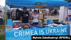 Рустем Ирсай (слева) в сувенирном киоске, организованном в рамках крымской экспозиции Канадской ассоциации крымских татар, Торонто, 24 августа 2017 года