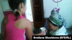 Протестующие женщины начали пить воду и выходить из голодовки. Астана, 26 августа 2014 года.