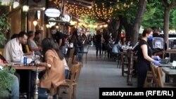 Երևանյան սրճարաններից մեկում, 14-ը մայիսի, 2020թ.