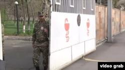 Ворота Центрального военного госпиталя в Ерване.