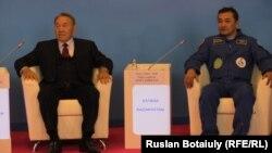 Президент Казахстана Нурсултан Назарбаев на брифинге в аэропорту с казахским космонавтом Айдыном Аимбетовым. Астана, 12 сентября 2015 года.