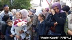 Люди, ожидающие освобождения своих родственников из тюрьмы после амнистии. Душанбе, 28 октября 2019 года.