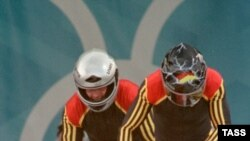 Немецкие бобслеисты Кристоф Ланге и Маркус Циммерман на Играх в Турине завоевали золотые медали среди экипажей-двоек