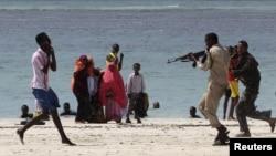 """Полиция """"аш-Шабаб"""" ұйымы мүшесін тұтқындап жатыр. Сомали, 23 наурыз 2012 жыл. (Көрнекі сурет)"""