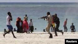 """Полиция Лидо жағажайында """"Аш-Шабаб"""" тобының мүшесін тұтқындап жатыр. Сомали, 23 наурыз 2012 жыл."""