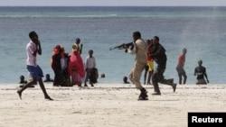"""Сомали полициясы """"Әл-Шабааб"""" мүшесін тұтқындап жатыр. Могадишо, 23 наурыз 2012 жыл"""