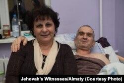 """Адепт религиозной общины """"Свидетелей Иеговы"""" Теймур Ахмедов с женой в больнице после помилования"""